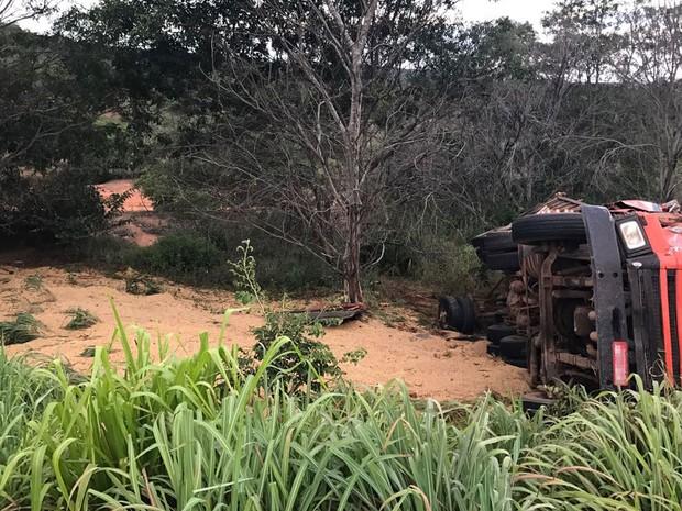 Carreta saiu da pista e ficou destruída após capotar na Bahia (Foto: Blogbraga/Repórter Edivaldo Braga)
