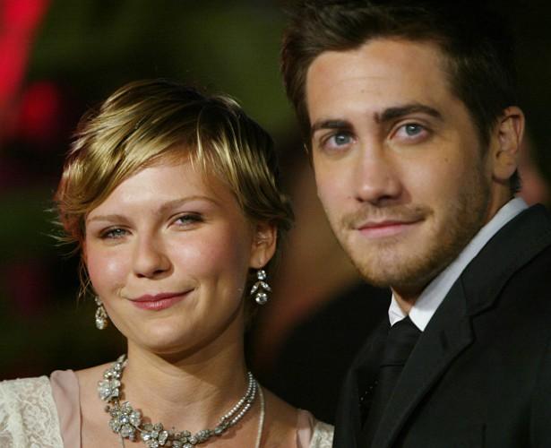 """Os atores Jake Gyllenhaal e Kirsten Dunst namoraram por dois anos. Logo depois de terminarem, em 2004, a estrela de 'Melancolia' revelou que eles frequentemente transavam em automóveis, banheiros públicos e em praias. """"Só não tivemos coragem de tentar num corredor de hotel porque achamos que poderíamos ser expulsos se fôssemos descobertos"""", disse ela. (Foto: Getty Images)"""