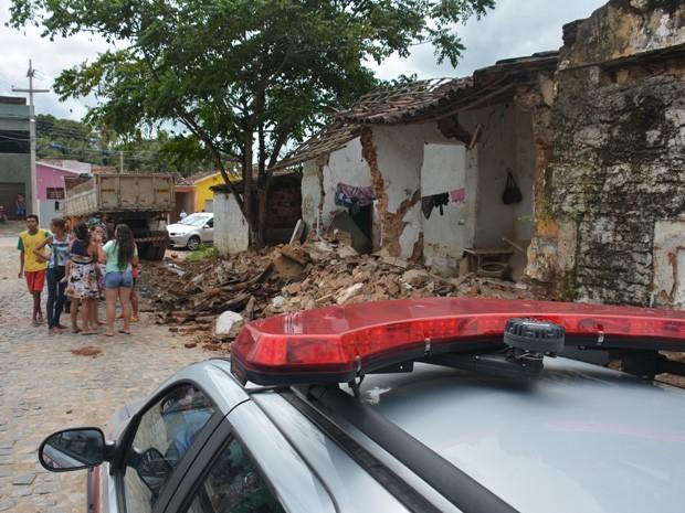 Caminhão desgovernado atingiu casa em Santa Rita, na Paraíba (Foto: Walter Paparazzo/G1)