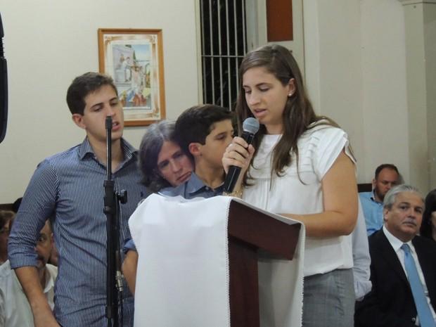 Os agradecimentos em nome da família foram feitos pela filha mais velha de Campos, Maria Eduarda (Foto: Katherine Coutinho/G1)