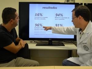 Adilson e Marcelo avaliam pesquisa com estudantes de medicina da Unicamp (Foto: Fernando Pacífico / G1 Campinas)