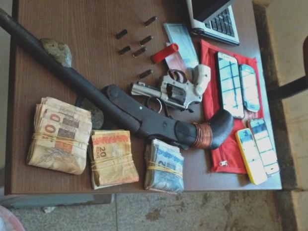 Polícia encontrou armas, dinheiro e celulares com dupla (Foto: Aline Nascimento/G1)