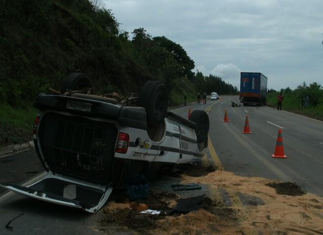 Carro da Suapi capotou ao tentar desviar de veículo que seguia na contramão  (Foto: Polícia Rodoviária Federal)