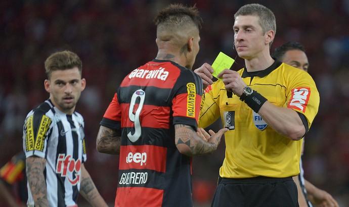 Guerrero leva cartão amarelo em Flamengo x Santos (Foto: Marcello Dias / Futura Press / Estadão Conteúdo)