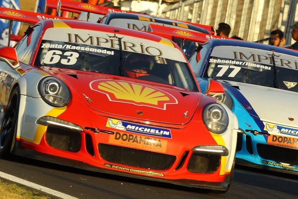 O Porsche da categoria CUP da dupla Lico Kaesemodel/Ricardo Zonta #63 P1 na geral (Foto: Porsche Império GT3 Cup/Luca Bassani)