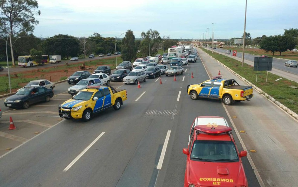 Trânsito interditado na altura do Catetinho, em Brasília, após acidente entre BRT e moto na manhã desta quarta-feira (7) (Foto: Graziele Frederico/G1)
