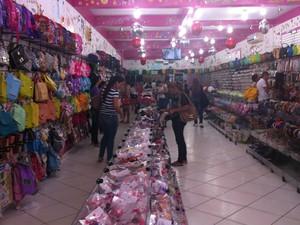 Descontos chegam a 50% em algumas lojas do município (Foto: Samira Lima/G1)