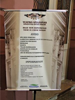 Aviso alerta para o não uso de determinadas roupas na entrada do teatro (Foto: Marcos Dantas/G1)