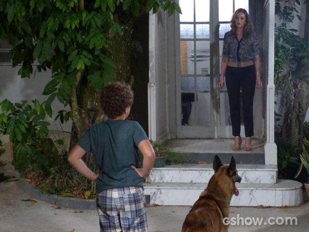 Pedro pega Maura no flagra mexendo nas portas do casarão (Foto: Malhação / TV Globo)