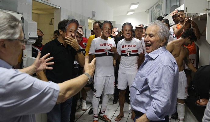 Juvenal Juvêncio foi homenageado pelos jogadores em sua despedida da presidência, em 2014 (Foto: Rubens Chiri / saopaulofc.net)
