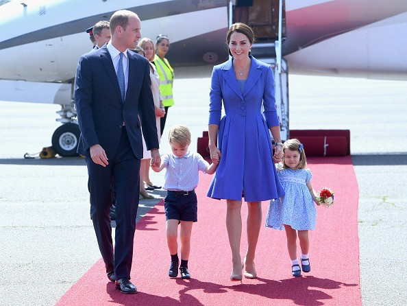 Família real britânica coordena looks azul ao partir rumo a Berlim (Foto: Getty Images)