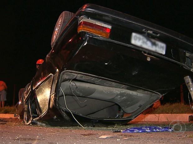 Carro invadiu sentido contrário e atingiu caminhonente na BR-230, em Cabedelo, na Paraíba (Foto: Reprodução/TV Cabo Branco)