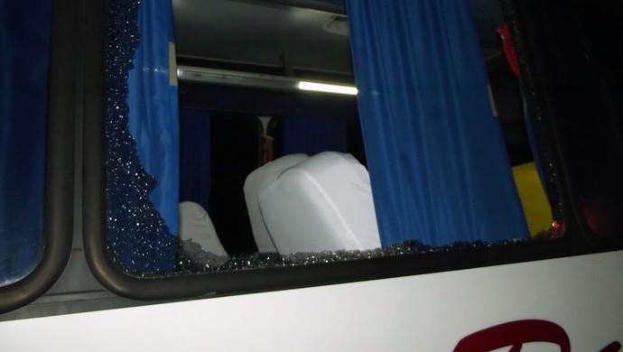Õnibus do CSE é apedrejado após jogo em Arapiraca (Foto: Romário Silva/Assessoria CSE)