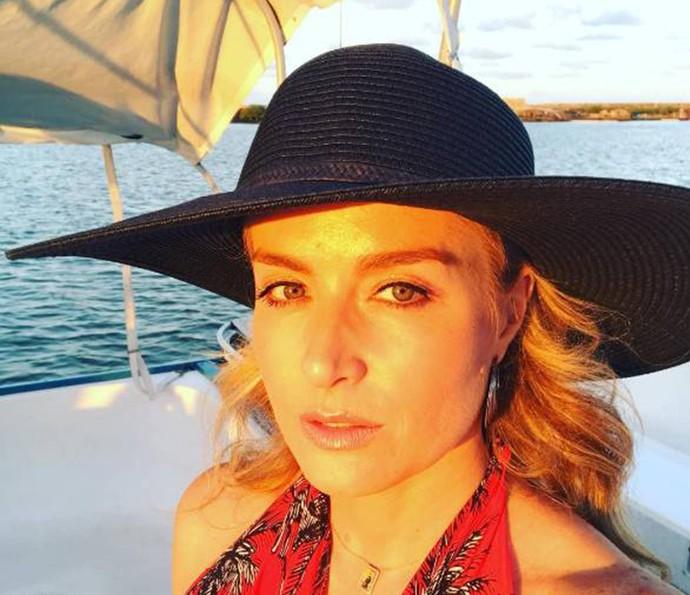 Angélica abusa da elegância com chapéu de abas largas preto para passeio em catamarã (Foto: Arquivo Pessoal)