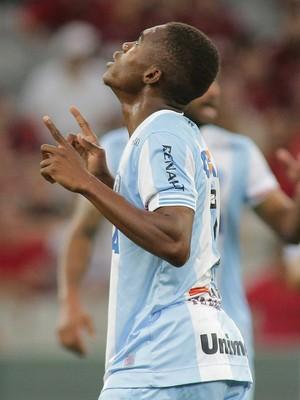 Yaya gol Londrina Atlético-PR (Foto: Giuliano Gomes/Agência PR Press)