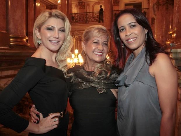 Antônia Fontenelle com Carmem Lúcia e Lígia, respectivamente mãe e irmã de Emerson Sheik, em teatro no Rio (Foto: Isac Luz/ EGO)