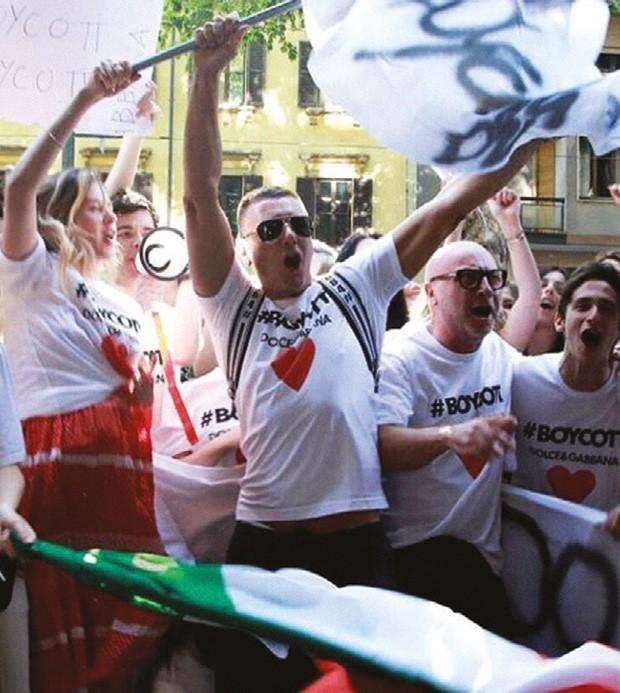 """Os designers no comando do """"protesto"""" em frente à sede da empresa (Foto: Arquivo Pessoal)"""