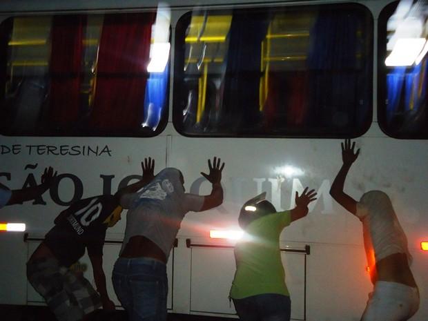 Rapazes tentam virar um dos ônibus em José de Freitas  (Foto: Coronel Pinheiro/ Portal JF Agora)