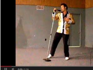 Curis se apresenta como Elvis em vídeo (Foto: Reprodução Youtube)
