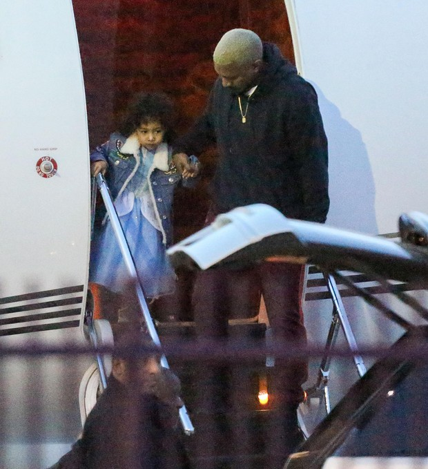 Kanye West e a filha, North West, em Los Angeles, nos Estados Unidos (Foto: Grosby Group/ Agência)