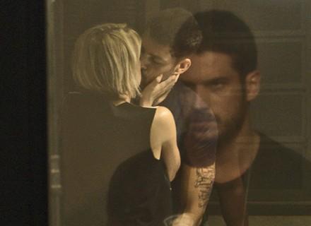Na mira de Dante, Belisa se declara e dá beijão em Juliano