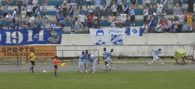 Jogadores do Taubaté comemoram gol nos acréscimos (Foto: Filipe Rodrigues/ Globoesporte.com)