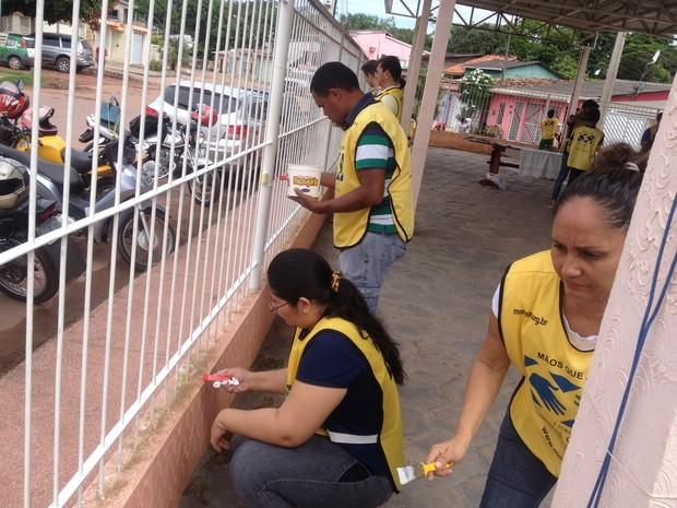 Voluntários realizam serviço de pintura no prédio do Ijoma (Foto: Jéssica Alves/G1)
