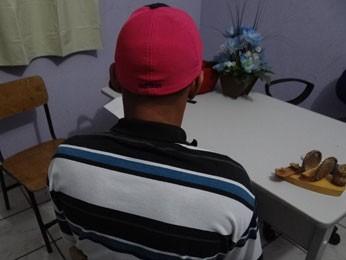 Marcos diz que dormia encolhido, com mais de 16 internos ocupando uma mesma cela (Foto: Penélope Araújo/G1)