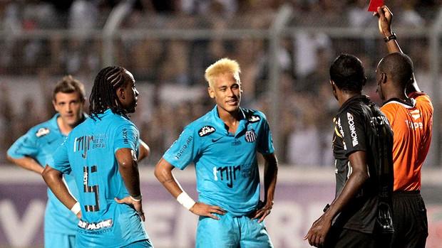 Neymar recebe cartão vermelho na partida do Santos (Foto: Ag. Estado)