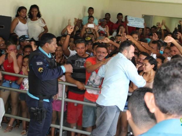 Aplaudido pela população, Albertin voltou à delegacia após tomar posse na Câmara de Itapiúna (Foto: Marcelino Martins/Itapiúna News)