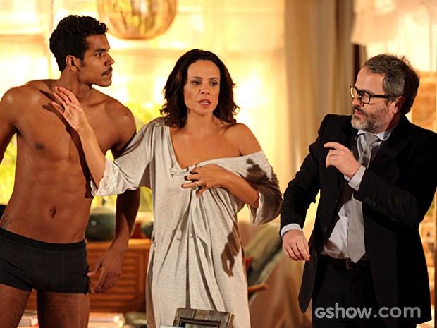 Juliana se assusta com a confusão e tenta separar os dois (Foto: Carol Caminha / TV Globo)