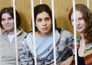 Yekaterina Samutsevich, Nadezhda Tolokonnikova e Maria Alyokhina, da banda Pussy Riot, em tribunal russo nesta sexta (20) (Foto: Natalia Kolesnikova/AFP)