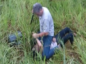 Homem atacou a mulher com faca, e depois foi preso (Foto: Reprodução/RBS TV)