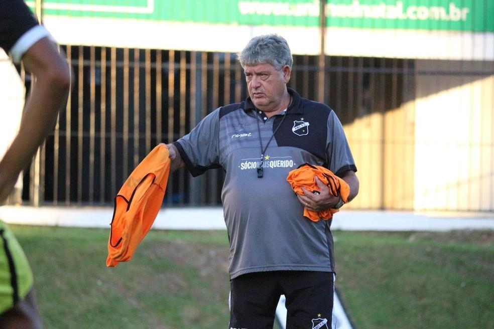 Geninho observa rendimento de candidatos à vaga de Erivélton em treinamento no Frasqueirão (Foto: Andrei Torres/ABC)