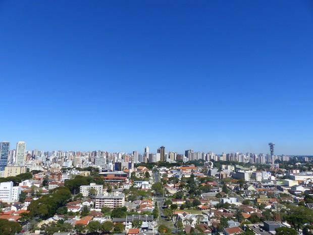 Domingo amanheceu ensolarado e com mínima de 2,7ºC em Curitiba  (Foto: Adriana Justi / G1)