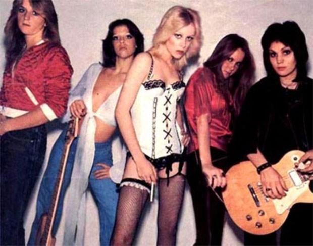 Jackie Fox, a segunda à esquerda, Cherie Currie, ao centro, e Joan Jett, à direita, das Runaways (Foto: Divulgação)