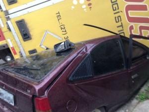 Carro foi atingido por carreta, na Serra (Foto: Leandro Tedesco/TV Gazeta)
