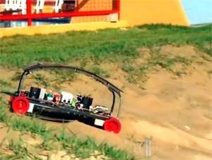 O 'Crab' é capaz de atravessar a areia e levar o deficiente até o mar  (Foto: Reprodução/Inter TV Cabugi)