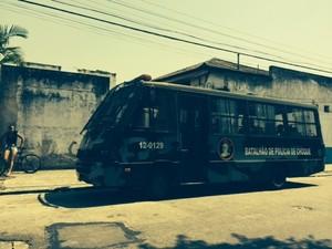 Detidos durante reintegração de posse são colocados em ônibus da PM no Rio (Foto: Guilherme Brito/G1)