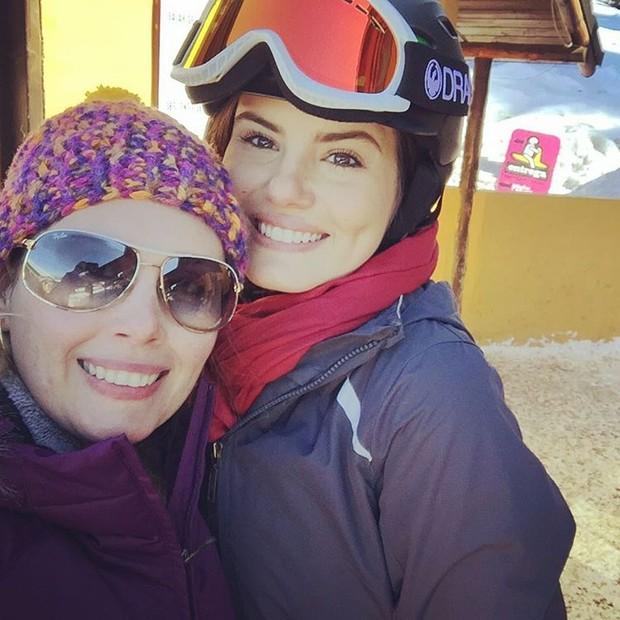 Camila Queiroz com fã (Foto: Reprodução / Instagram)