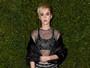 Katy Perry usa transparência em evento de moda nos Estados Unidos