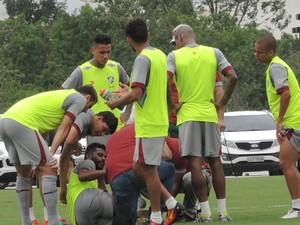 Renato Chaves fratura tornozelo em treino no CT do Fluminense (Foto: Hector Werlang)