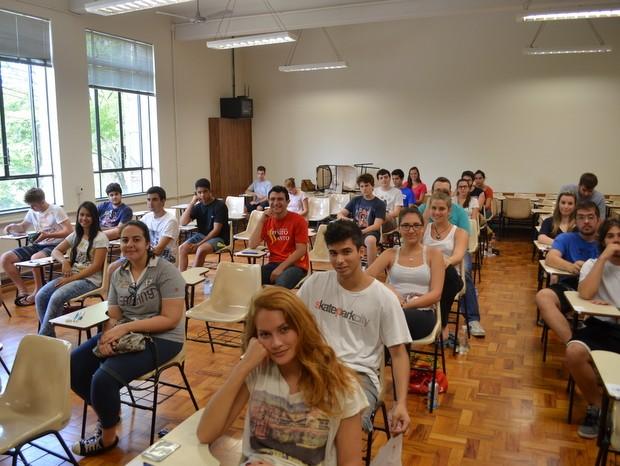 Alunos aguardam início do segundo dia de provas da Fuvest (Foto: Claudia Assencio/G1)