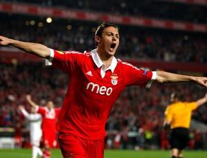 Nemanja Matic comemora gol do Benfica contra o Bayer (Foto: Reuters)
