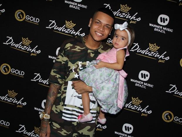 MC Duduzinho com a filha, Lara, em bastidores de show na Zona Norte do Rio (Foto: Divulgação)