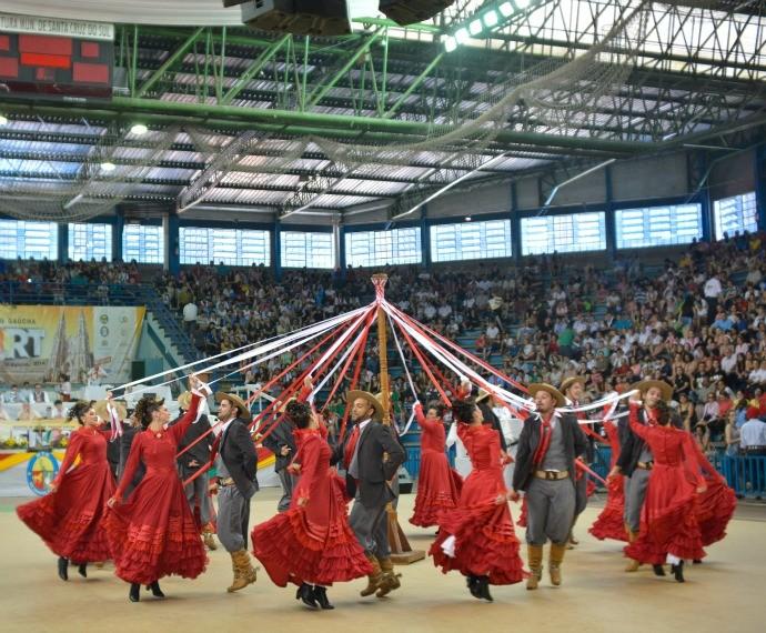 CTGs de todo o estado apresentam suas coreografias no Enart (Foto: Deivis Bueno/Divulgação)