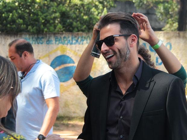 Muito querido, o ator se diverte nos bastidores de gravação (Foto: Marcos Mazini/Gshow)