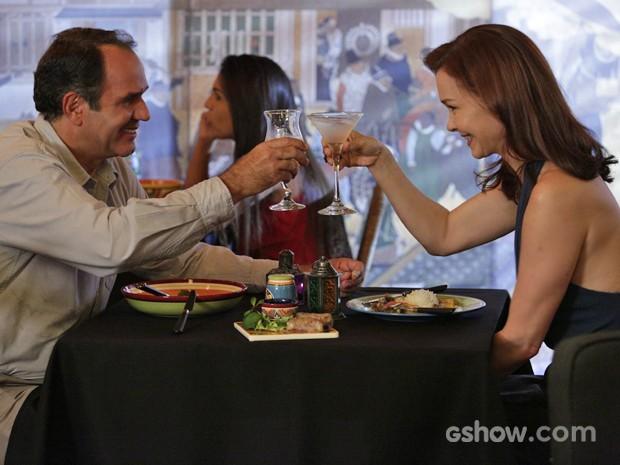 Helena e Virgílio brindam em jantar romântico (Foto: Fábio Rocha/ TV Globo)