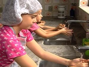 Lavar as mãos antes de comer também ensinado em sala (Foto: Reprodução/TV Integração)