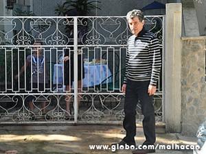 Caetano tenta disfarçar antes de entrar na casa (Foto: Jacson Vogel / TV Globo)